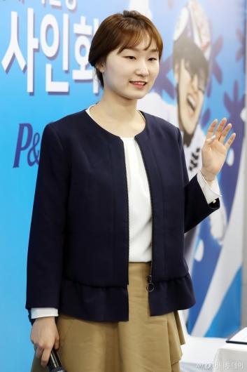 [사진]최민정, '팬 사인회 왔어요'