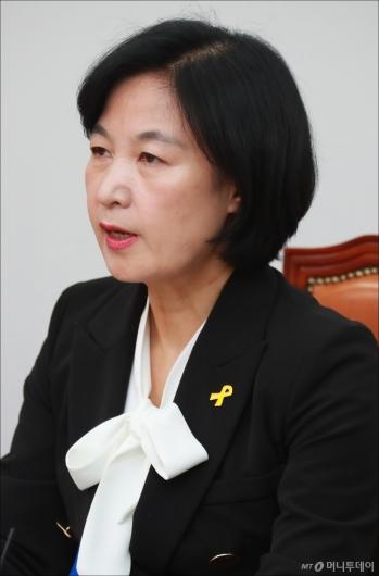 [사진]노란리본 달고 최고위 주재하는 추미애 대표