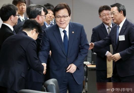 [사진]가계부채관리 간담회 참석하는 최종구 금융위원장