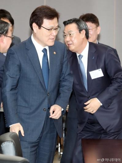 [사진]간담회 참석하는 최종구 금융위원장-김태영 은행연합회장