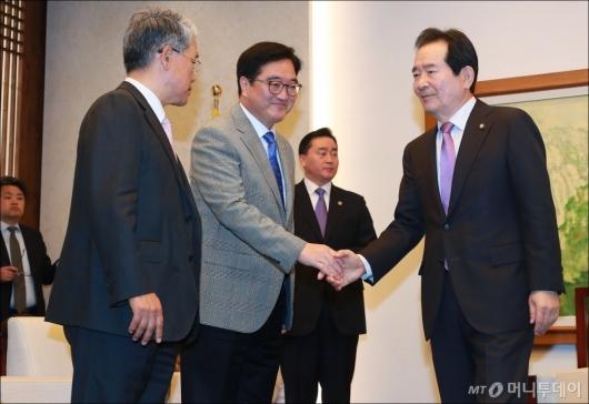 [사진]여·야 원내대표와 악수하는 정세균 의장...한국당은 불참