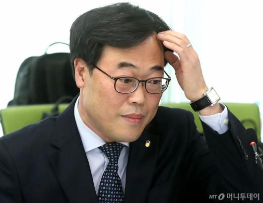[사진]머리 만지는 김기식 금융감독원장