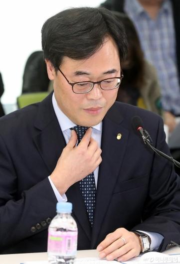 [사진]김기식 금감원장의 고민