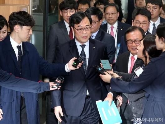 [사진]저축은행 최고경영자 간담회 참석하는 김기식 금감원장