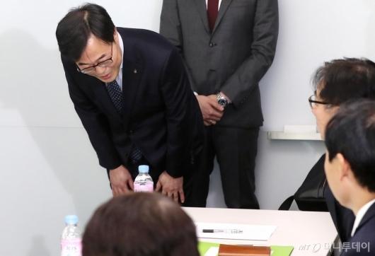 [사진]인사 건네는 김기식 금감원장