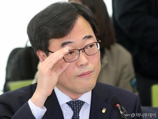 [사진]고민하는 김기식 금감원장