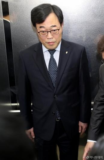 [사진]회의장 떠나는 김기식 금감원장