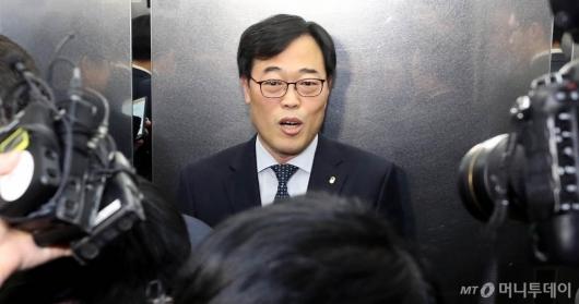 [사진]질문 받는 김기식 금감원장