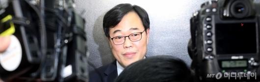 [사진]간담회장 떠나는 김기식 금감원장