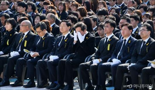 [사진]눈물 흘리는 이낙연 총리