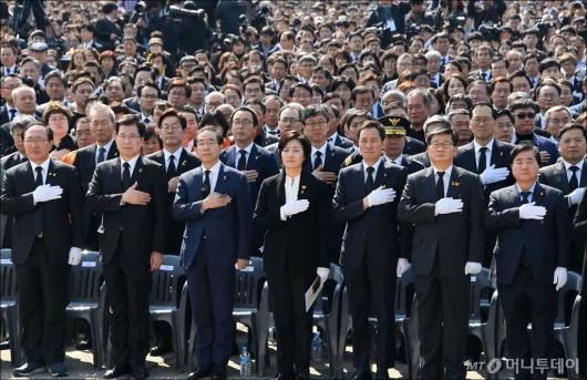 [사진]'세월호 4주기' 추도식 참석한 정치인들