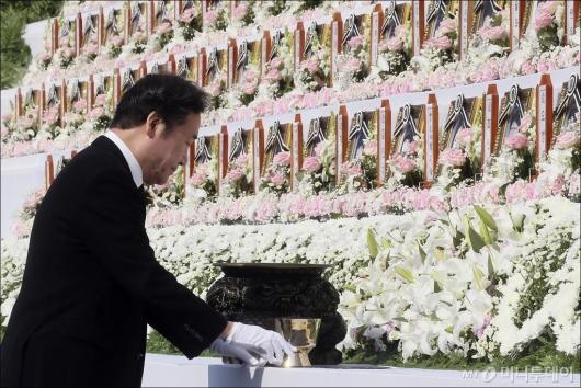 [사진]헌화하는 이낙연 총리