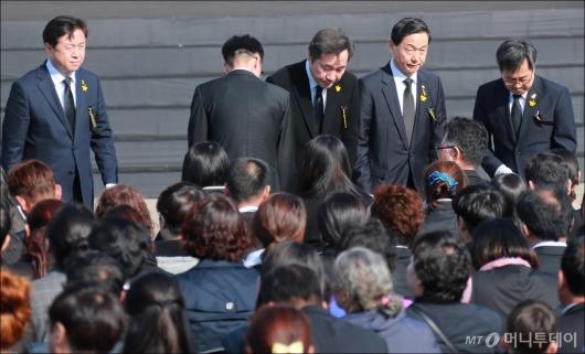 [사진]유가족 위로하는 이낙연 총리 등 정부측 참석자들