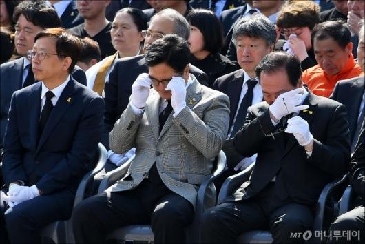 [사진]'세월호 4주기' 눈물 닦는 우원식 대표