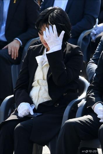 [사진]'세월호 4주기' 눈물 흘리는 추미애