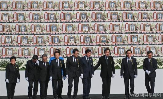 [사진]'세월호 참사 합동 추도식' 헌화 마친 정부측 참석자들