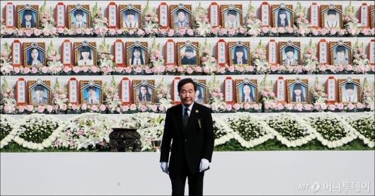 [사진]세월호 희생자들 앞에 선 이낙연 국무총리