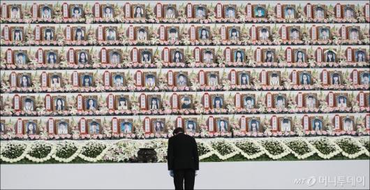 [사진]세월호 희생자들 앞에 고개 숙인 이낙연 국무총리