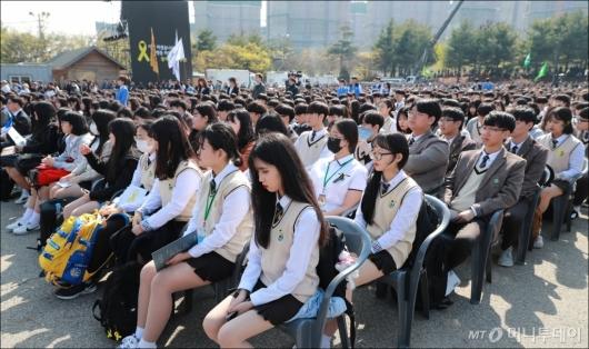 [사진]세월호참사 정부합동 추도식 참석한 단원고 학생들
