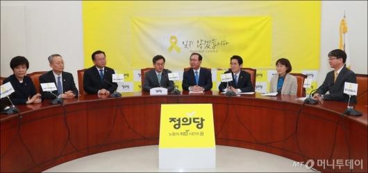 [사진]정의당 찾은 김동연-김영주-김부겸-백운규 장관