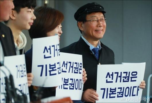 [사진]'선거연령 하향 촉구' 교복 입은 윤후덕 의원
