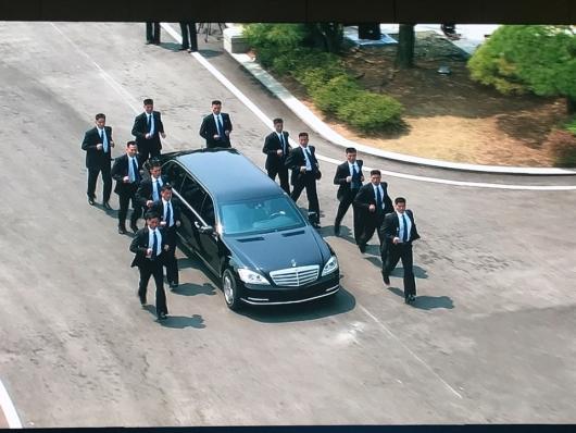 김정은과 12人의 경호원…번호판 없는 벤츠로 北돌아가(상보)