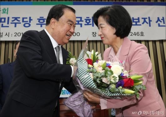 [사진]꽃다발 받는 문희상 국회의장 후보