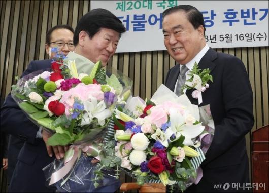 [사진]박병석 축하받는 문희상 국회의장 후보