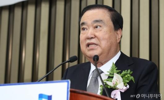 [사진]인사말하는 문희상 국회의장 후보