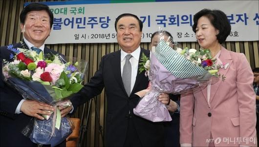 [사진]축하받는 문희상 국회의장 후보