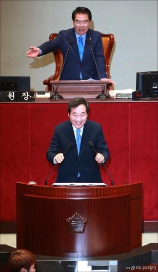 [사진]이낙연 총리 '난감하네~'