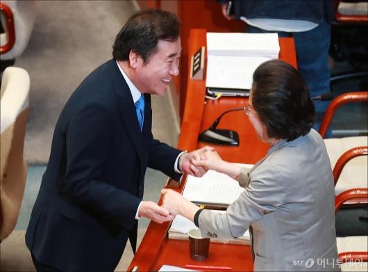 [사진]두 손 잡고 대화하는 이낙연 총리-이은재 의원