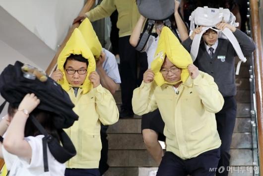 [사진]지진 대피 훈련하는 김부겸 장관