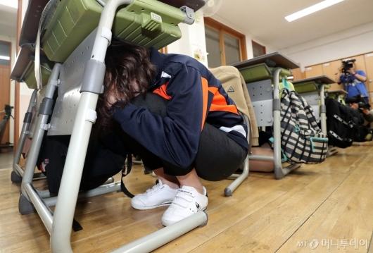 [사진]지진 대피훈련하는 학생들