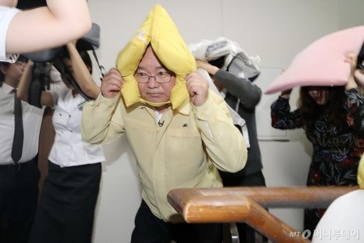 [사진]학생들과 지진 대피훈련하는 김부겸 장관