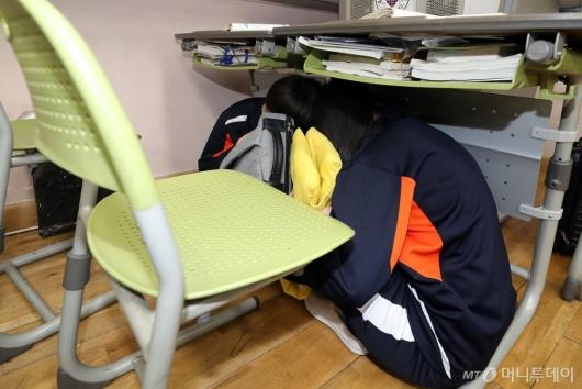 [사진]'책상 아래서 몸 보호하세요'