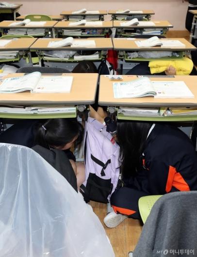 [사진]'지진 났을 때 책상 아래로 대피하세요'