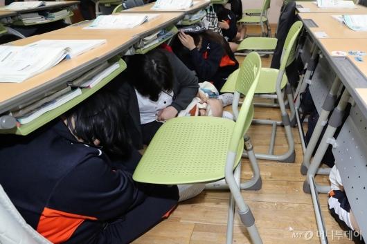 [사진]'학교서 지진 났을 때 책상 아래로'
