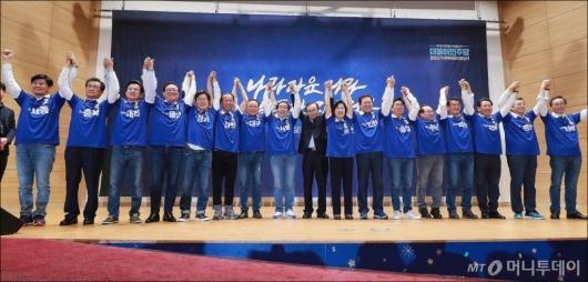 [사진]두 손 들어올린 민주당 광역단체장 후보들