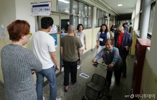 [사진]중반부 넘어선 현재, 이어진 투표행렬
