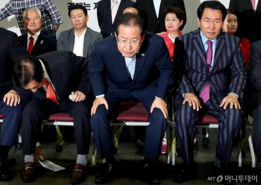 [사진]자리 떠나는 홍준표 대표
