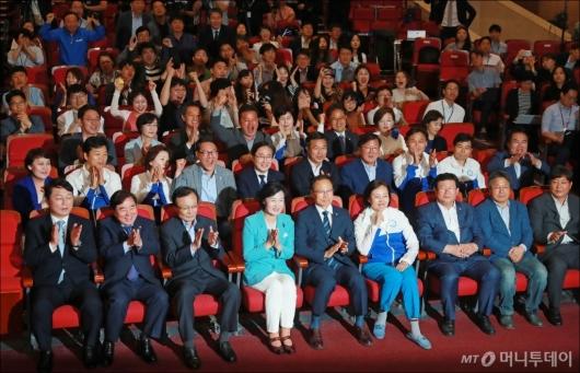 [사진]'압승 예상' 환호하는 더불어민주당
