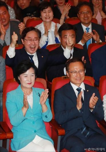 [사진]'완승 예상' 환호하는 더불어민주당