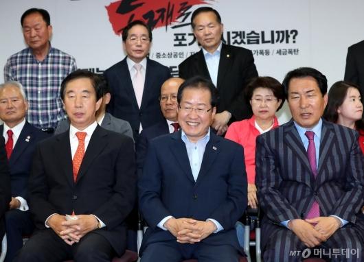 [사진]홍준표 대표, 웃음의 의미는?