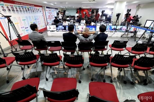 [사진]썰렁한 자유한국당 개표상황실