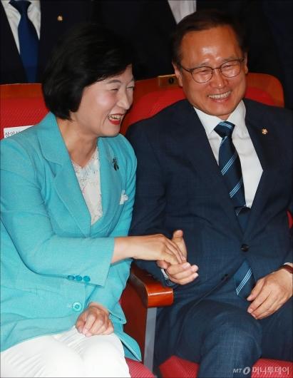 [사진]'압승 예상' 민주당, 활짝 웃는 추미애-홍영표