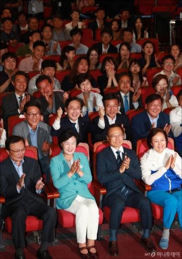 [사진]'압승 예상' 민주당, 환호하는 의원들