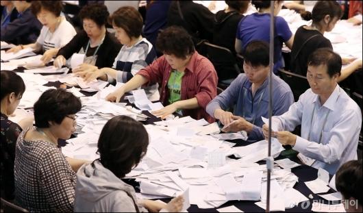 [사진]'투표용지 분류 작업'