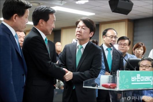 [사진]악수하는 안철수-손학규