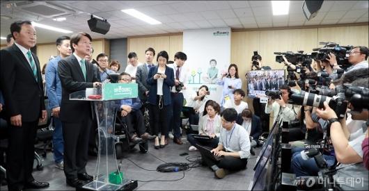 [사진]취재진 앞에 선 안철수